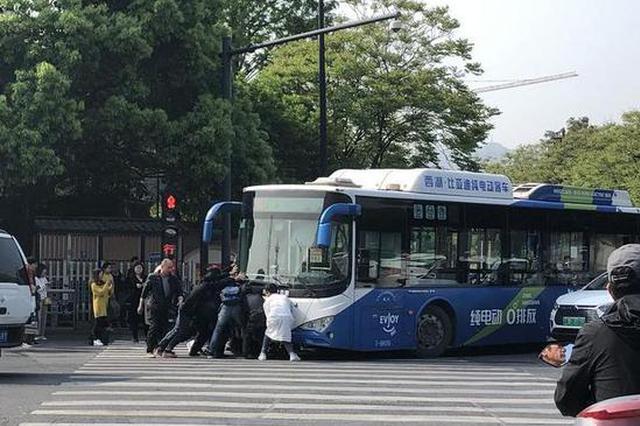 杭州老人骑车带着孩子与公交车相撞 整个人被压车底