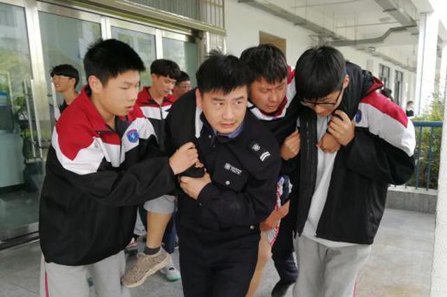 温州学生突发疾病急需救援 民警车流中抢出生命之路