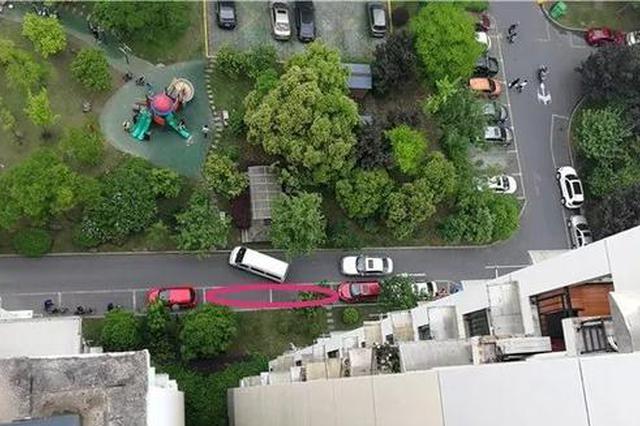 半夜有人从楼上扔砖头花盆 杭小区1个月4辆车被砸伤