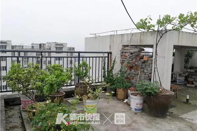凌晨砖头花盆从天而降 杭州一个小区4辆车被砸成重伤