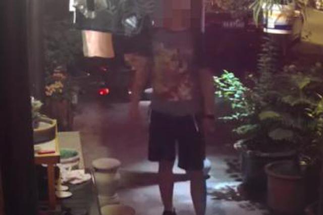 杭州帅小伙在别人家门口拿女性内衣闻 被监控拍下