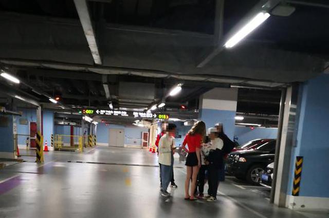 杭姑娘为拍照占母婴室换装 商场地下车库成拍照圣地