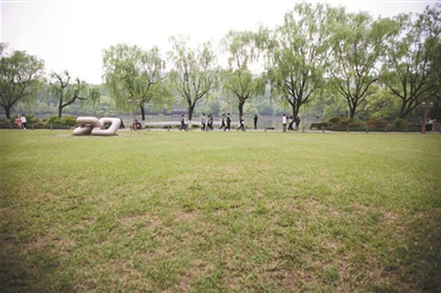 杭州四块大草坪对外开放 背靠孤山面朝西湖(图)