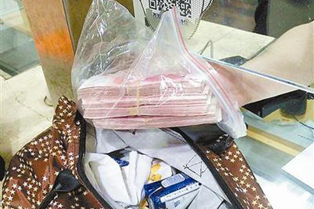 杭州的哥后座捡一大叠钱 不为所动第一时间送派出所