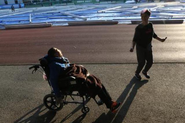 湖州单亲妈妈照顾脑瘫儿20年:不敢生病怕没人照顾他