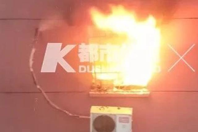 杭州1小区突发火灾 一辆路过洒水车当即喷水灭火