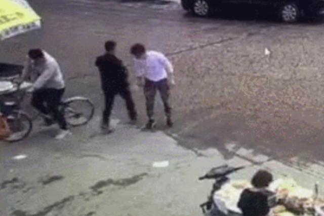 骑车不小心刮了一下 杭州两男子在早餐摊边大打出手