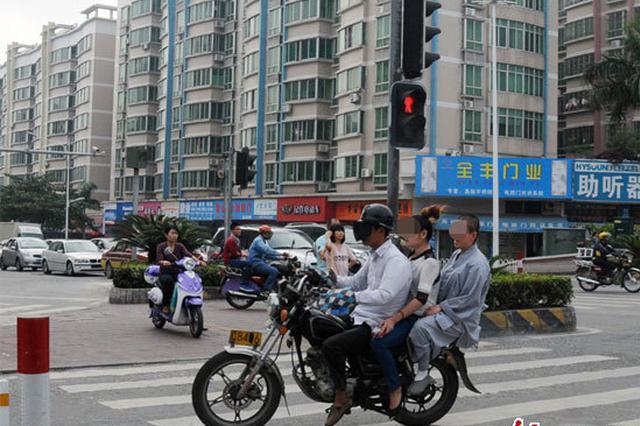 杭州一辆电动三轮车和大货车相撞 现场散落着9顶头盔