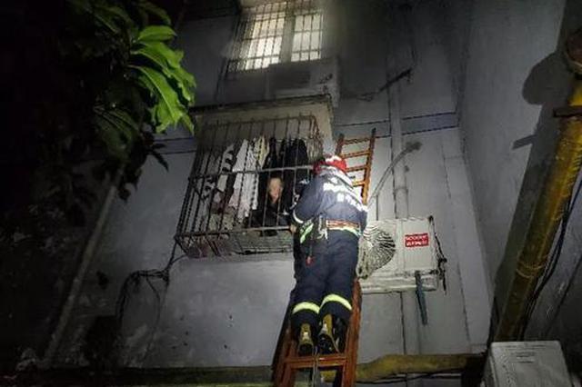 杭州一合租房发生火灾 姑娘被防盗窗困住逃不出来