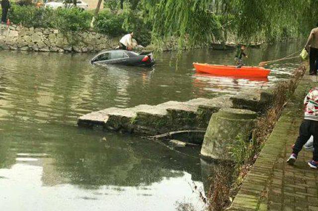 浙江一女司机把油门当刹车 倒车飞进河中央(图)