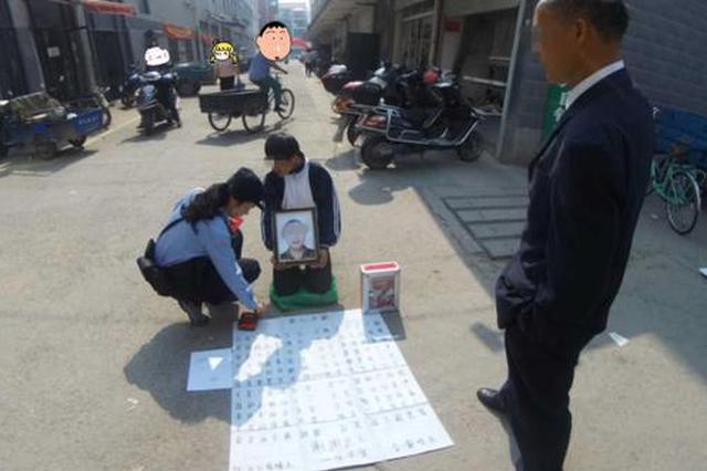 浙1骗子假冒穷学生路边跪地求助 称母亲去世生活困难