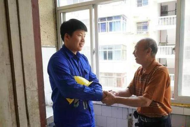 小区住户厨房着火 衢州25岁小伙徒手爬墙破窗灭火