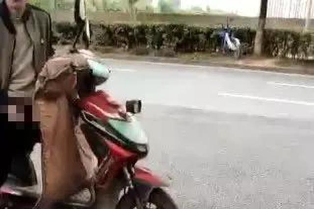 杭男子骑电动车在公交站做龌龊事 高三女生拿手机拍下