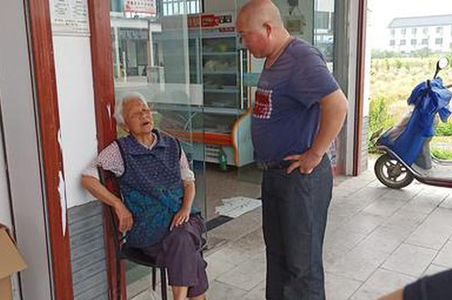 浙江柯城七旬老人突然晕倒 众人合力相救转危为安