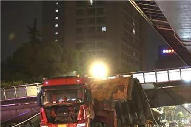 杭州1人行天桥一半被大货车撞塌 所幸暂无人员伤亡