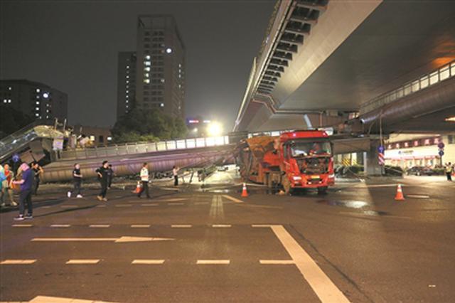 杭州庆春路秋涛北路人行天桥大半边被超高大货车撞塌