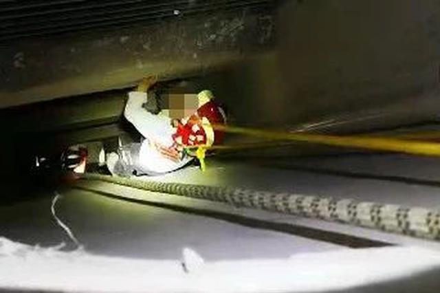 杭州6岁男孩从23楼掉到19楼 因邻居装修一脚踏空楼板