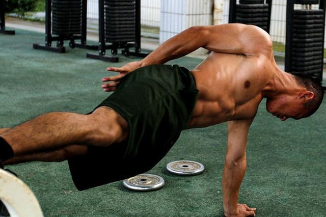 为练八块腹肌 杭州大三学生肌肉溶解了