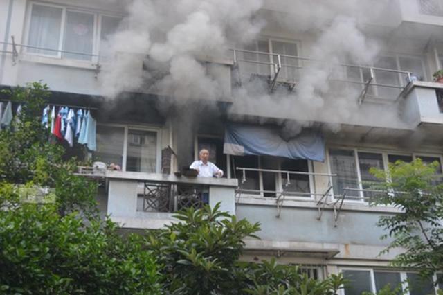 杭居民楼发生火灾96岁老人被困阳台 起火原因调查中