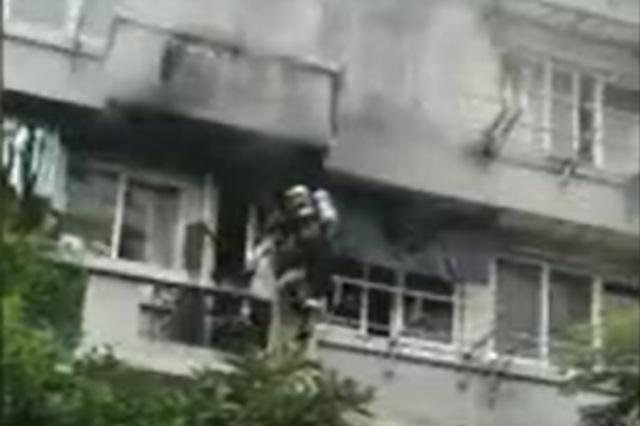 浙一居民家中卧室起火 96岁被困老人淡定沿梯子爬下