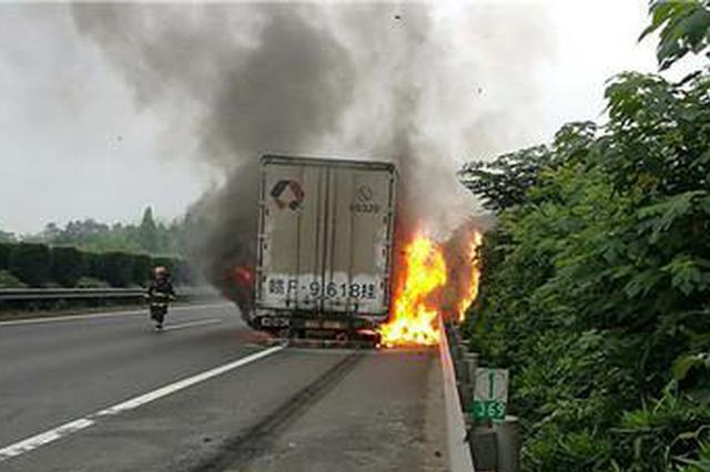 杭金衢高速快递车起火 车内包裹被烧大半损失或达百万