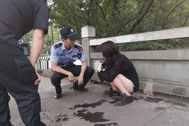 杭州一女子酒后用头撞陌生人车 责怪男友又冲动跳河
