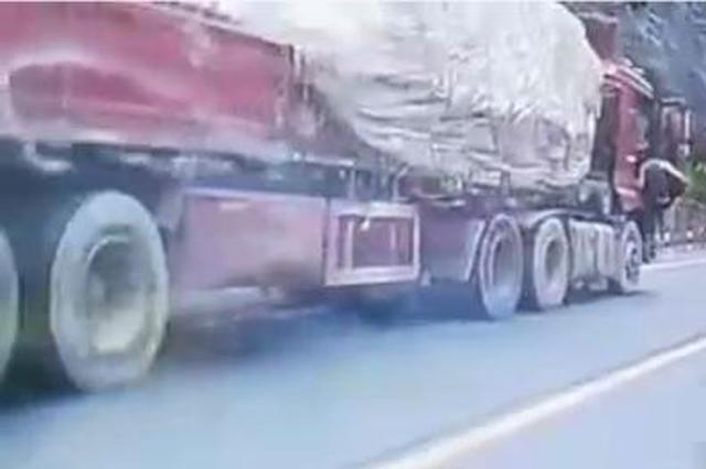 温州一重型工程车失控滑行 男子飞身跃上将其刹停