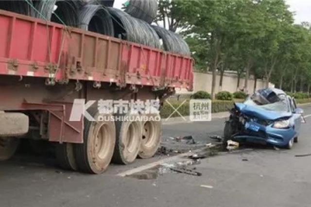杭州1司机弯腰捡手机撞上停着的半挂车 肋骨腰椎骨折
