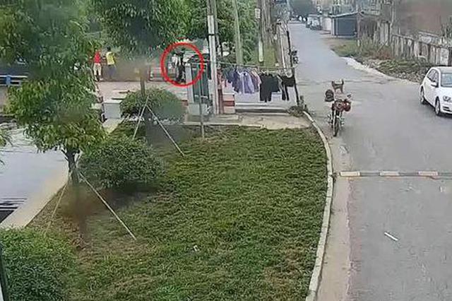 杭州女子骑电瓶车冲入河中 路过辅警:我不下去谁下去