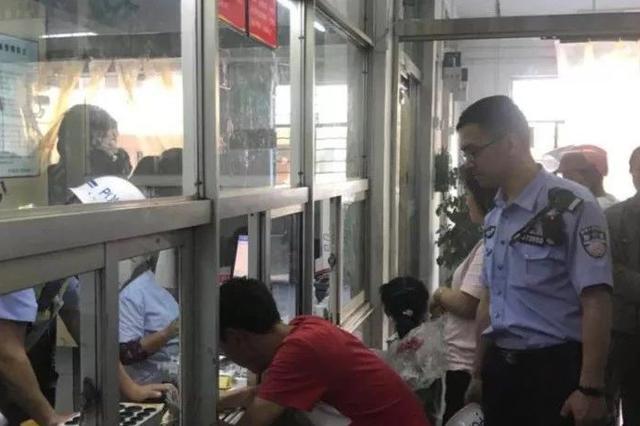 台州一轿车撞向护栏 醉驾兄弟交换位置扬长而去