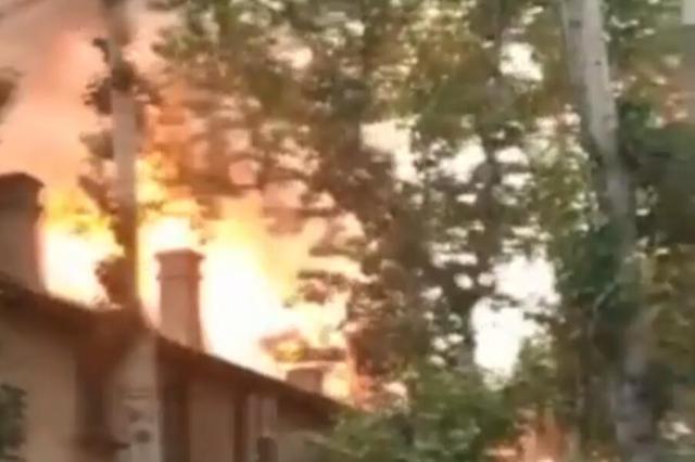 杭州1阿姨熬菜籽油引发火灾 物业人员变身消防队员