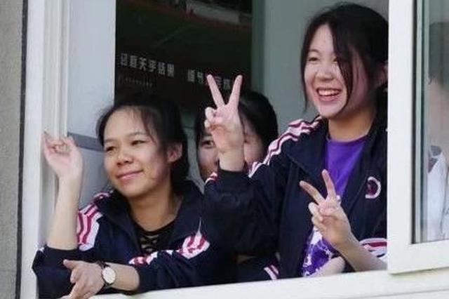 杭州一批高中生齐唱奔跑 高三学长学姐边笑边哭