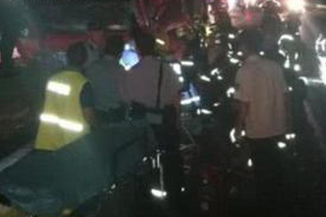 杭州1小货车司机追尾后被卡 奋力救援八小时惊险脱险