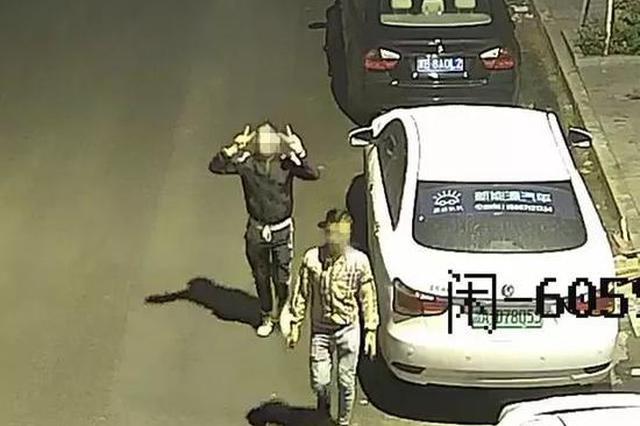 深夜拉车门盗窃 杭1嫌疑人得手后对着监控做挑衅手势