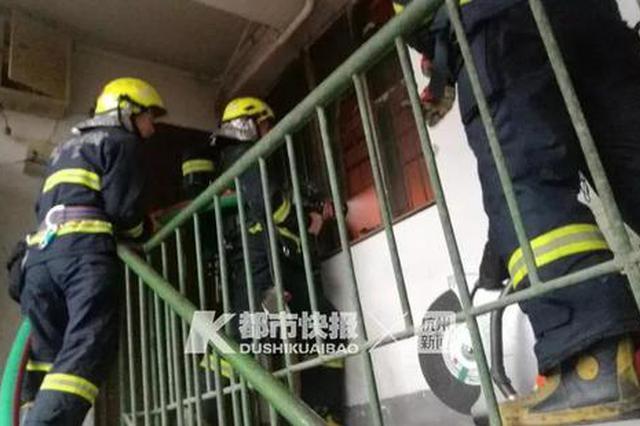 杭州百井坊巷86岁老奶奶烧早饭引火灾 独自被困家中