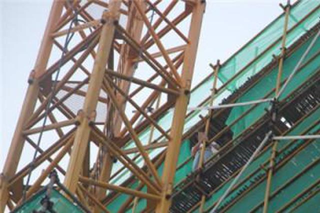 买房交了定金后反悔 杭州1女子爬上工地楼顶欲跳楼