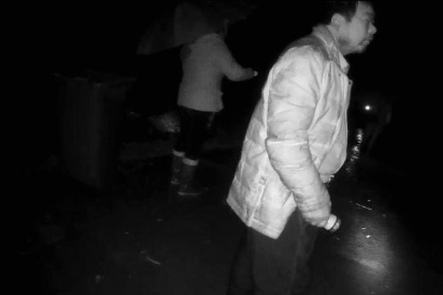 杭州89岁老人迷路上高架被民警接回 68岁儿子叹苦经