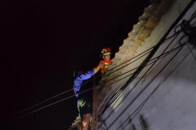 浙江1男子酒后情绪激动从2楼跳下 脚卡1楼屋顶喊救命