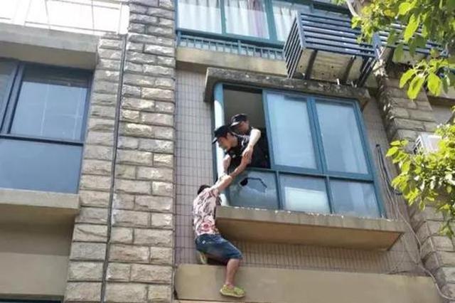 浙小伙爬窗台情绪爆发 饮食穿衣工作她什么都要管我
