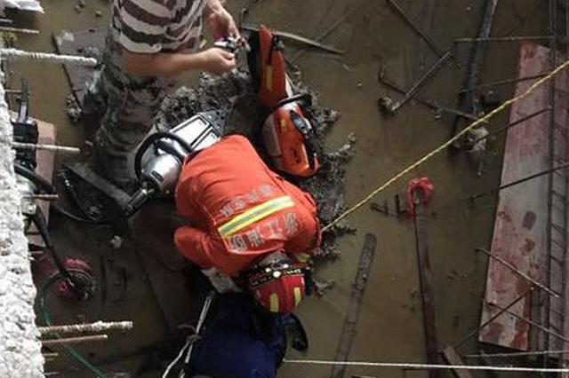 嘉兴一电子厂工人失足坠落 大腿被钢筋横穿
