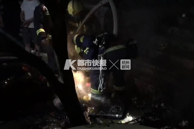杭州西湖区翁家山一村民为发泄情绪 点燃了自家小院