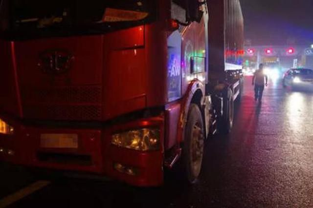 梅雨天惊险一幕 浙江高速一小货车180℃大旋转