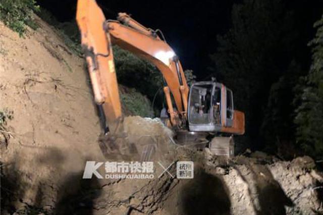 杭州临安潜川镇发生山体滑坡 一辆轿车被埋3人被救