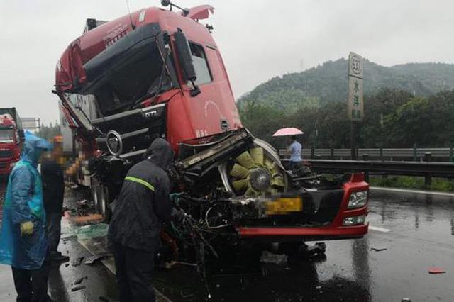 梅雨季高速路滑 浙江台州三辆集装箱扎堆相撞(图)
