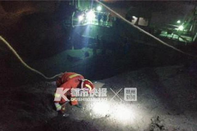 浙1工人被2000吨砂石掩埋 消防紧急营救可惜没救回来