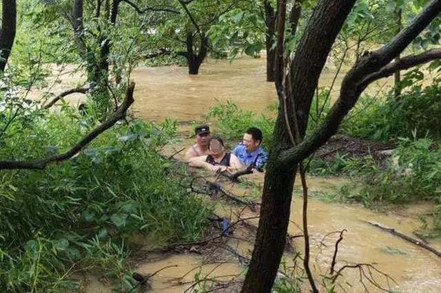 积水严重致车辆熄火 湖州4位老人情急推车被卷入水中
