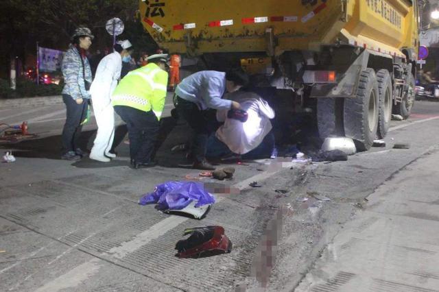 杭州一辆工程车右转时和电瓶车碰撞 母子俩一死一伤