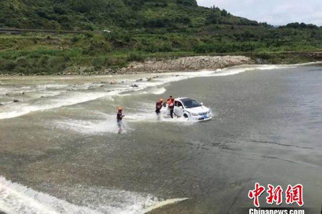 丽水男子开车进激流致车上5人险被困 理由是为了洗车