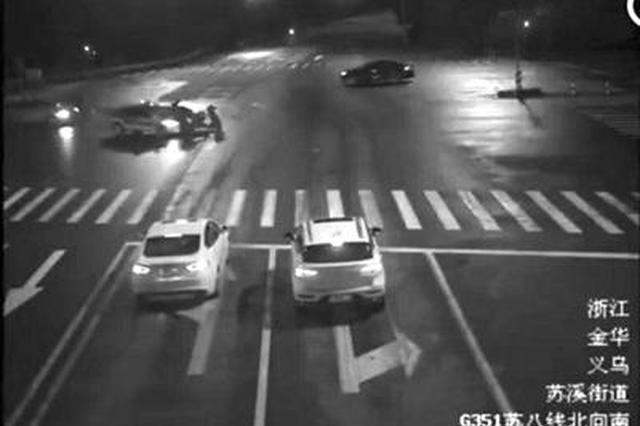 金华男子骑电动车闯红灯被撞飞 家属要求出租车担责