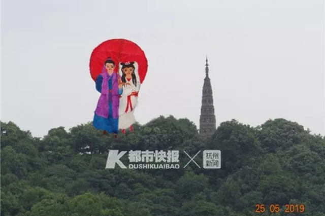 杭州西湖边再现会飞的许仙白娘子 一现身就成网红